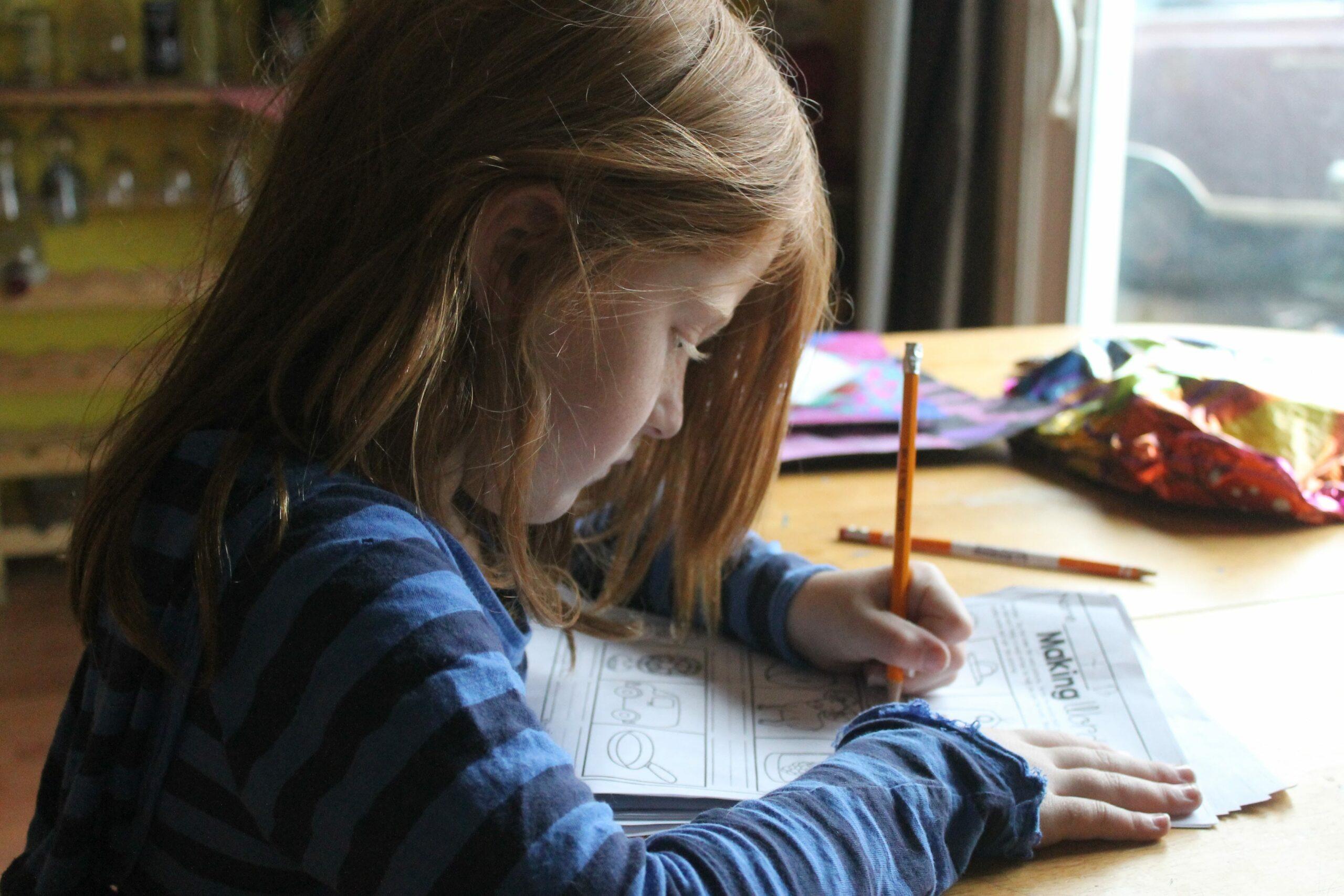 fille-aide-aux-devoirs