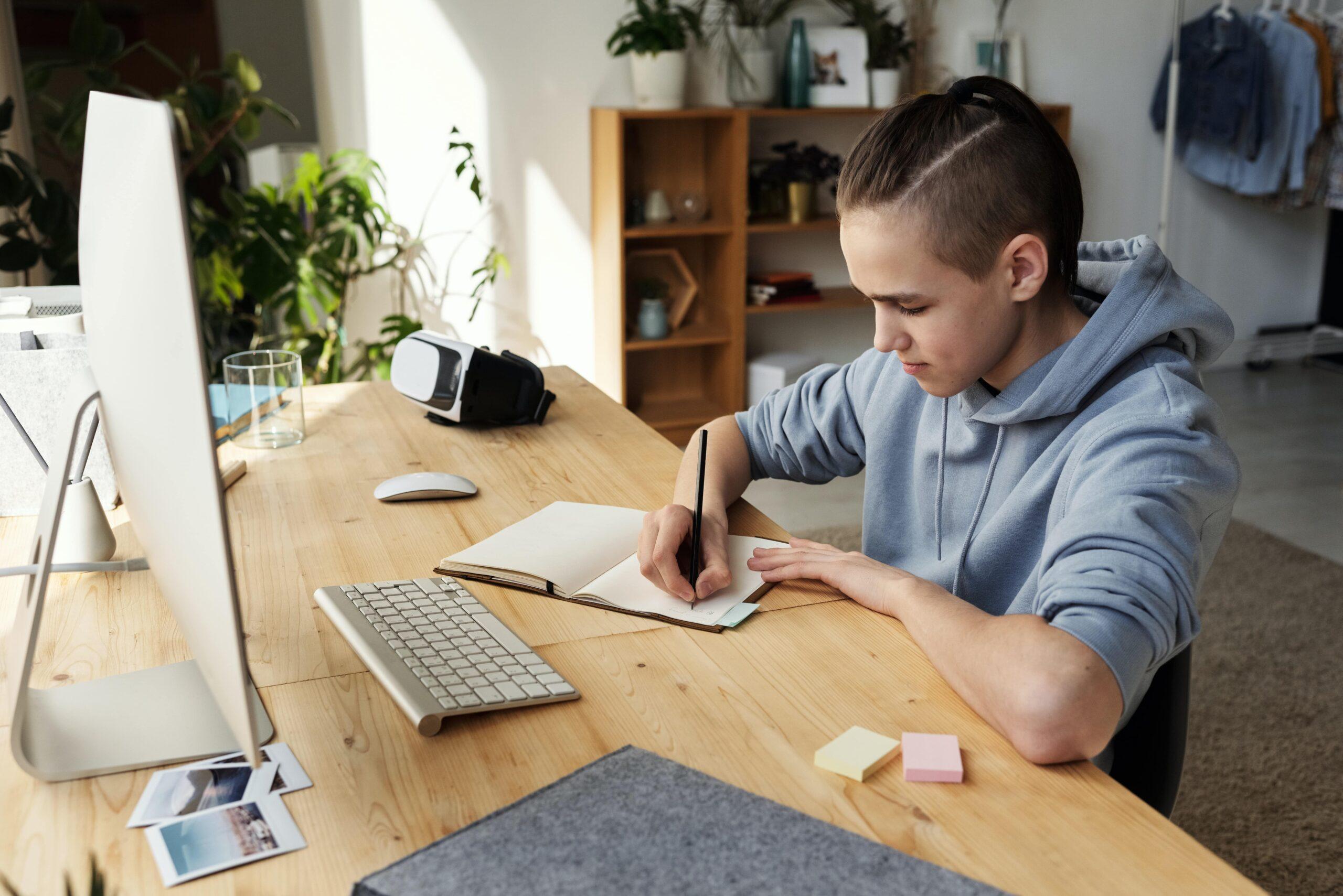 Jeune garçon faisant ses devoirs d'anglais