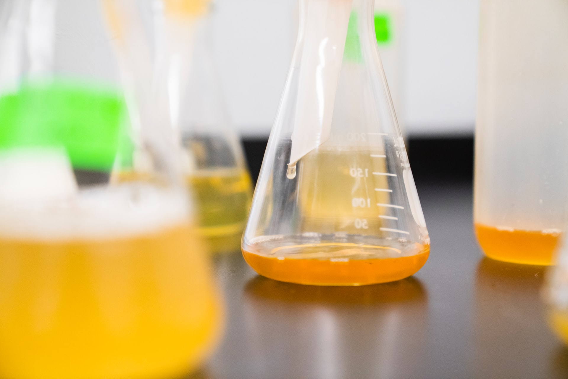 expérience de chimie avec un erlenmeyer