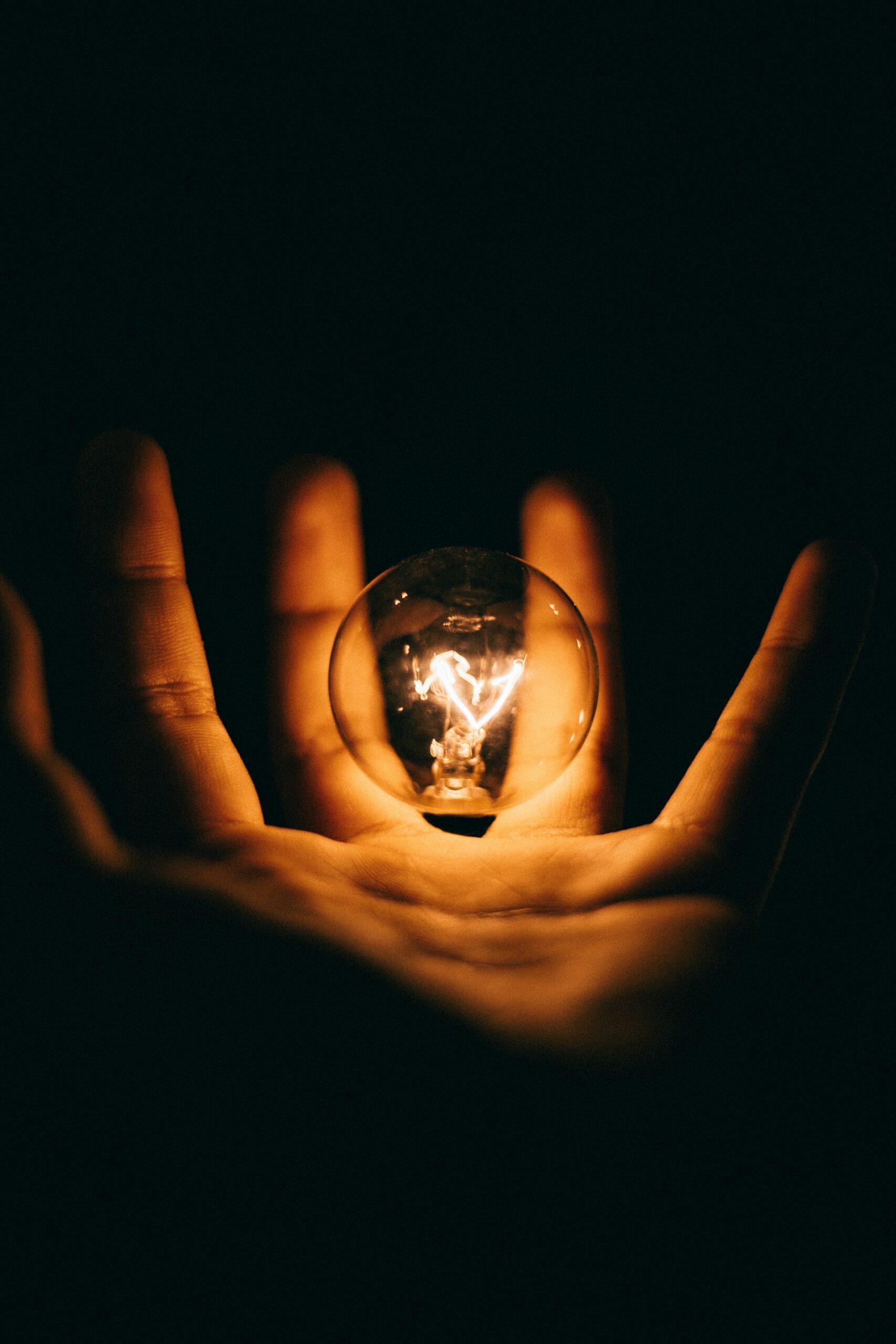 une ampoule éclairée représentant le progrès de la science
