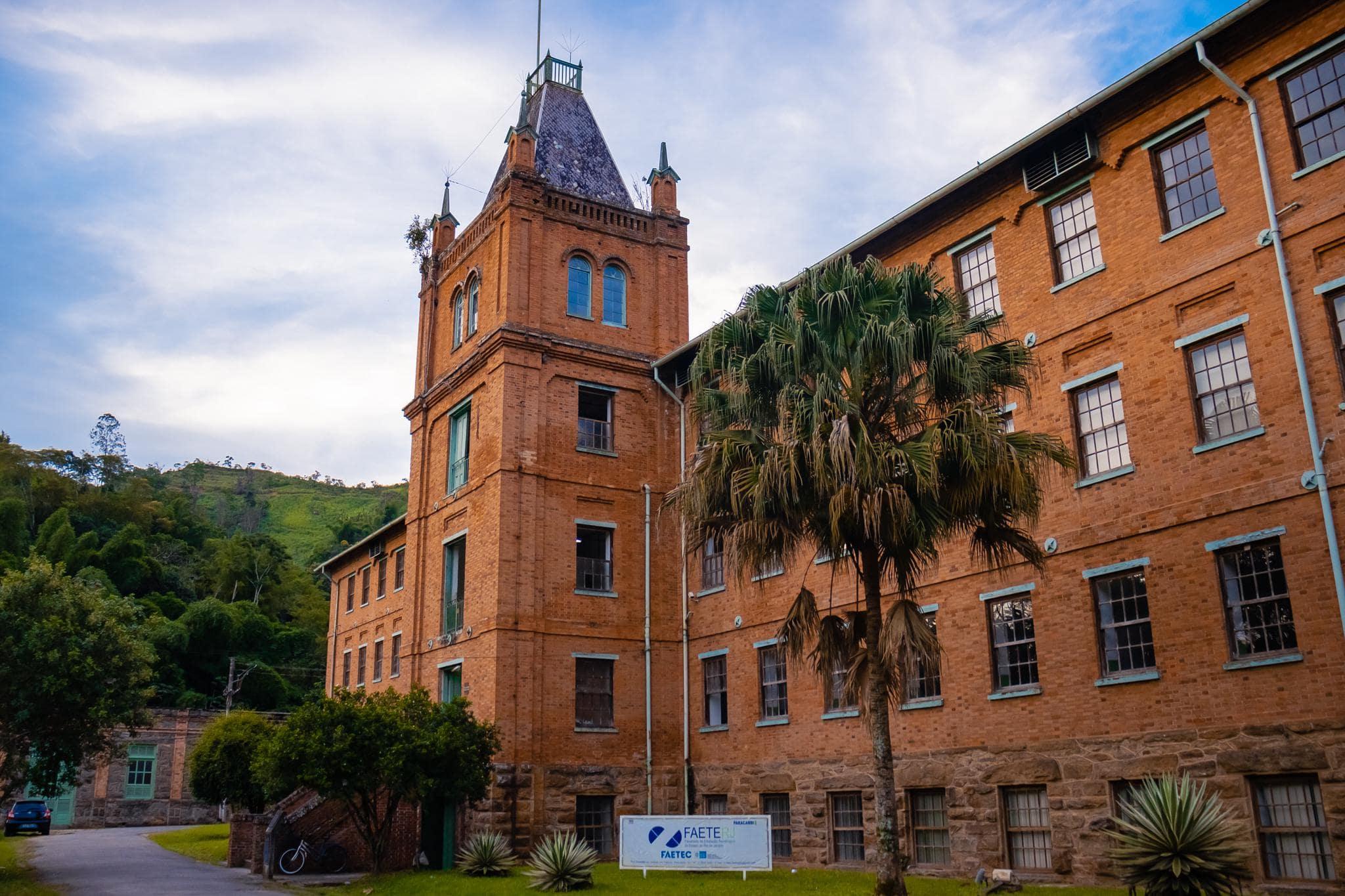 Photo d'un collège ancien en brique rouge