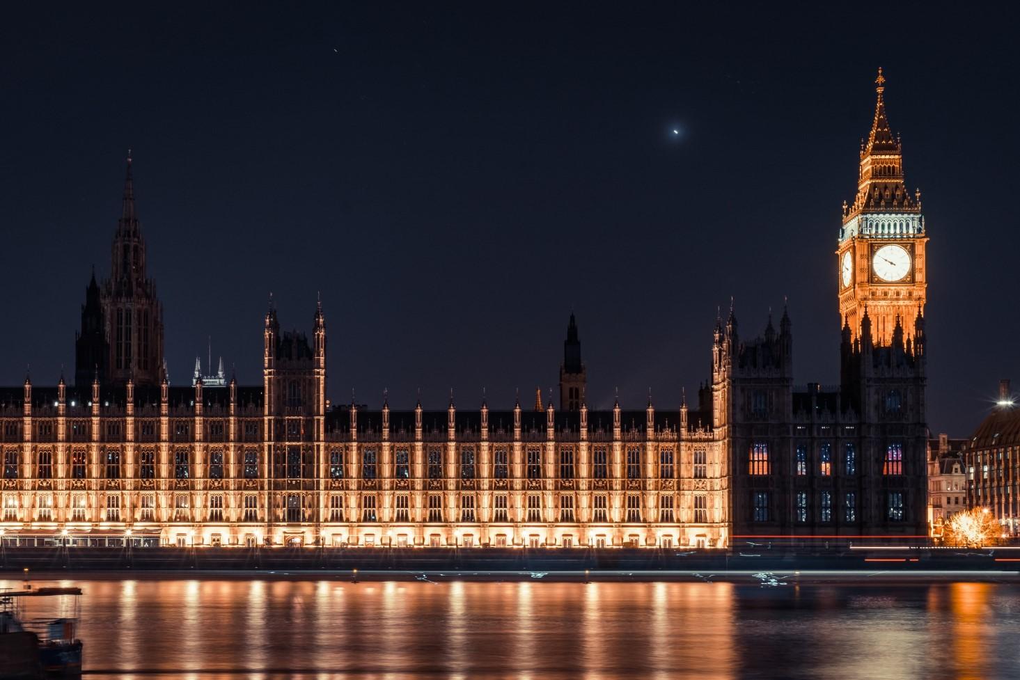 parlement anglais éclairé de nuit
