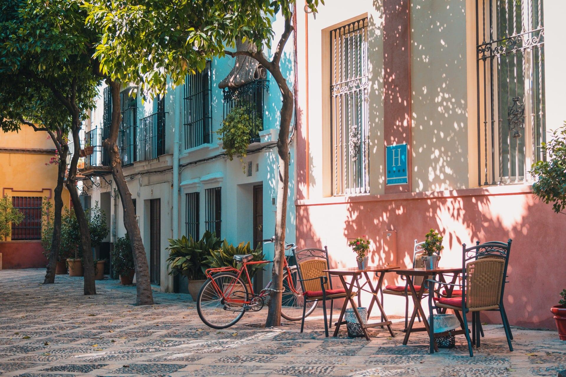 terrasse de café ensoleillé typique de l'espagne