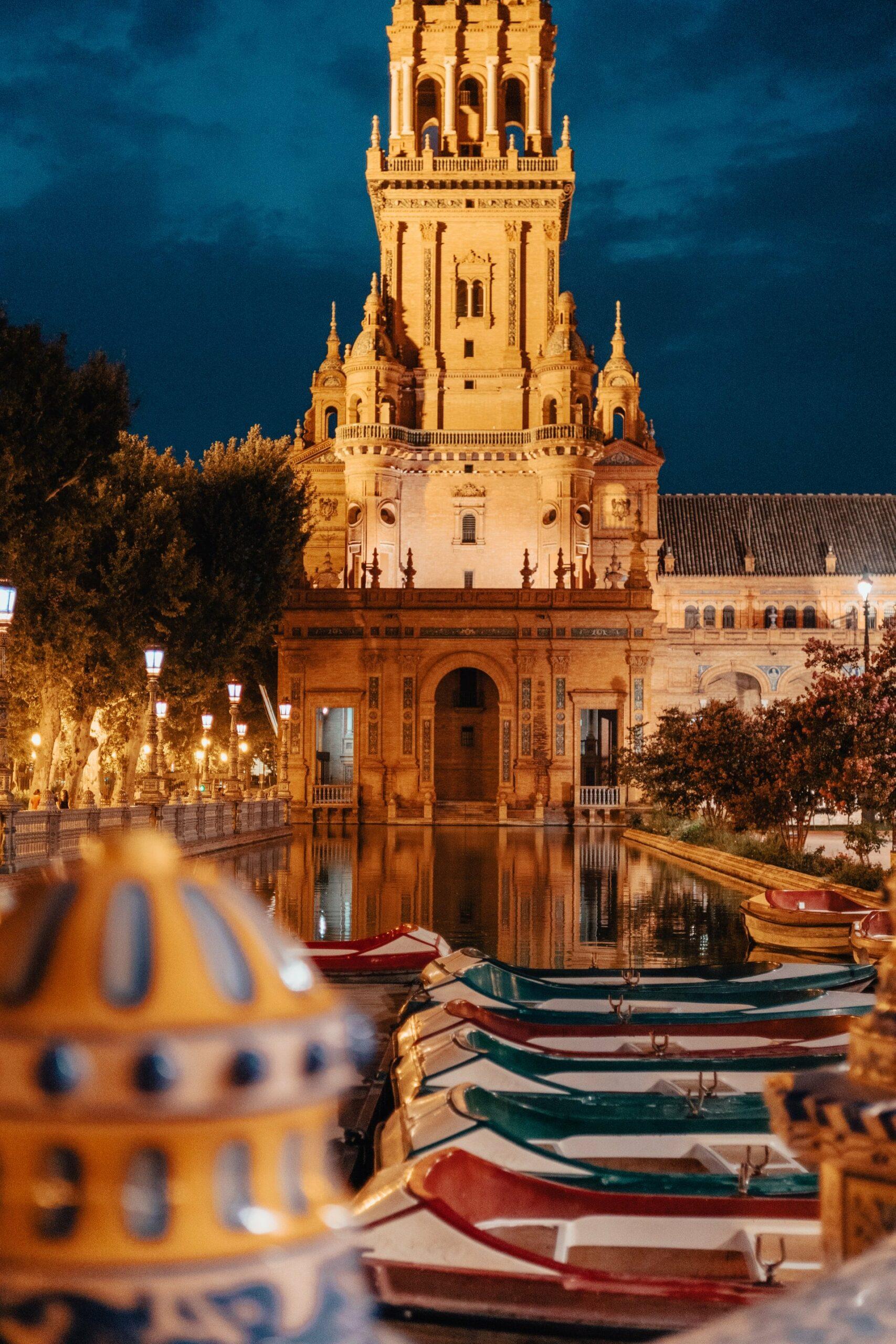 monument d'espagne éclairé de nuit