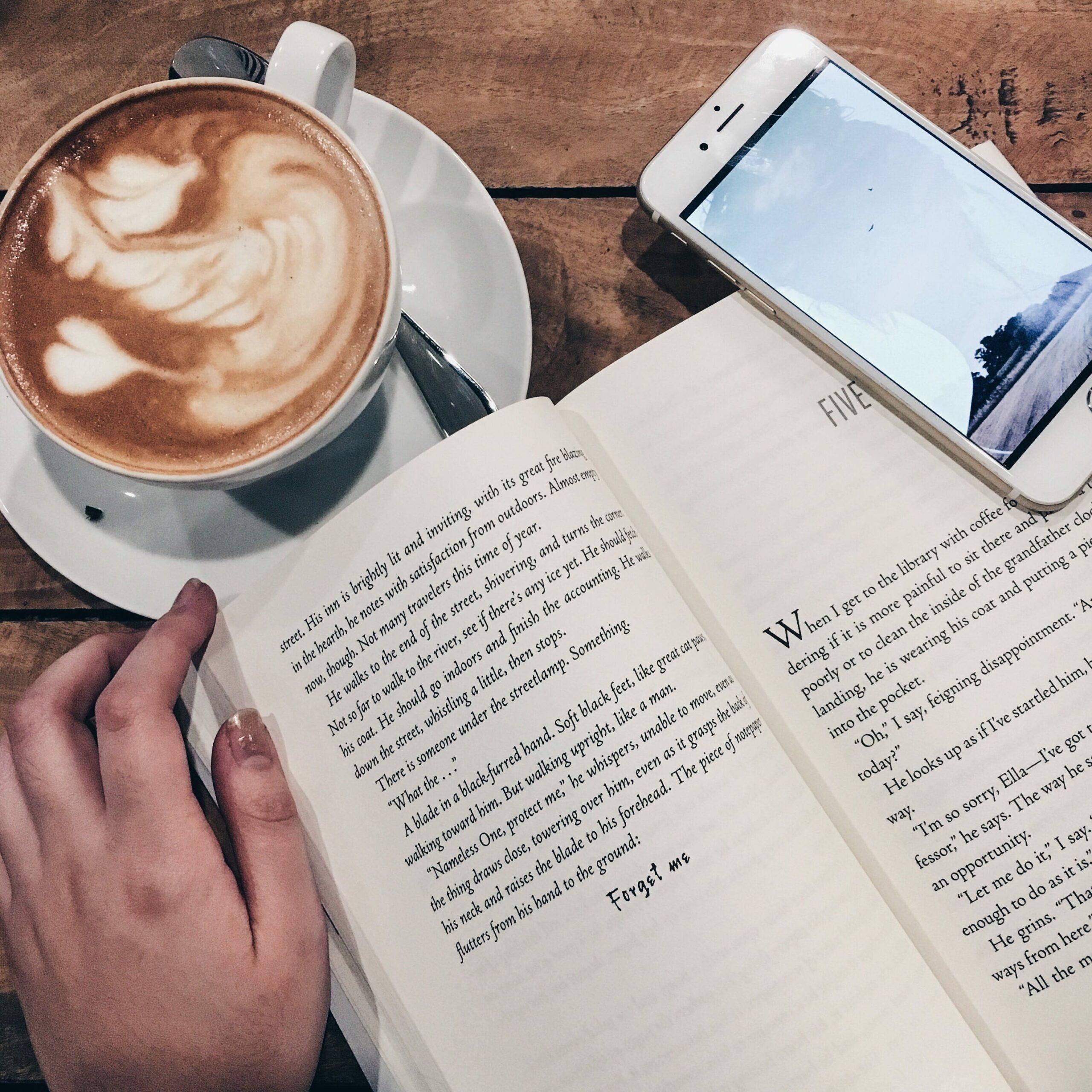 livre de français lu devant un café
