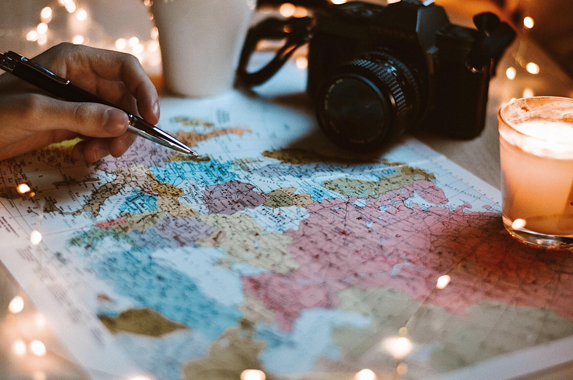 carte du monde et incitation à découvrir la géographie