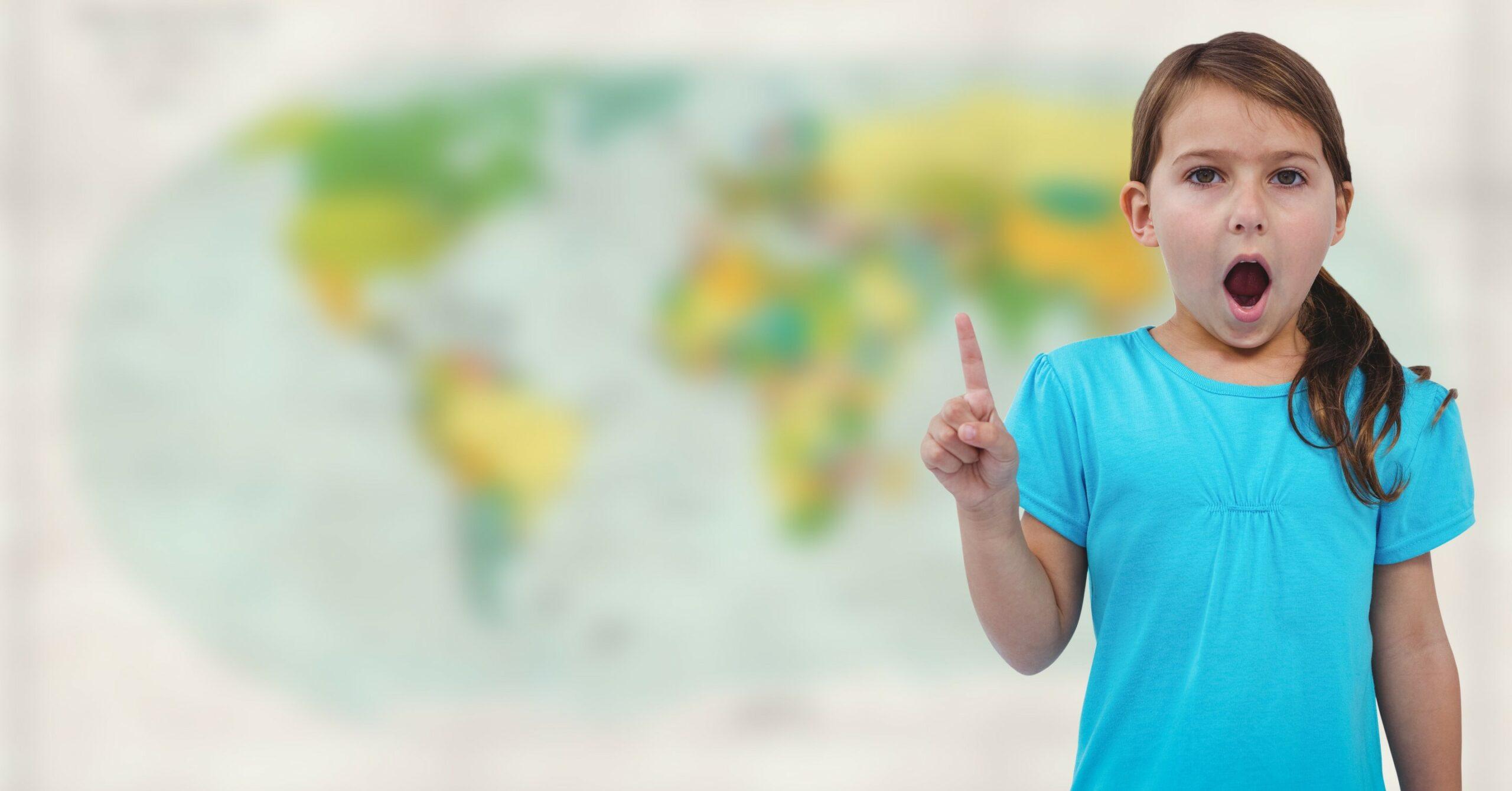 enfant devant une carte de géographie