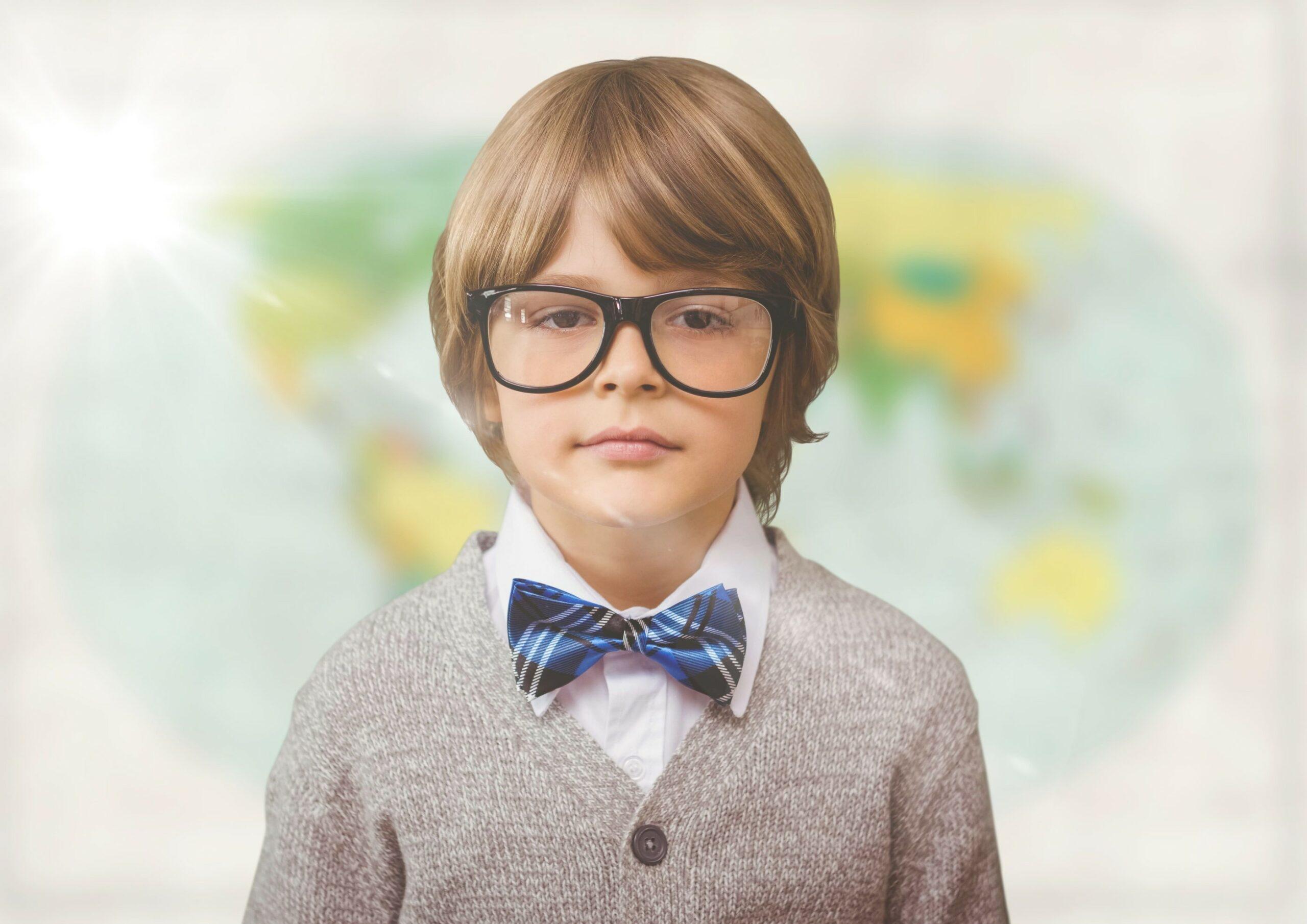 enfant intelligent devant une carte du monde
