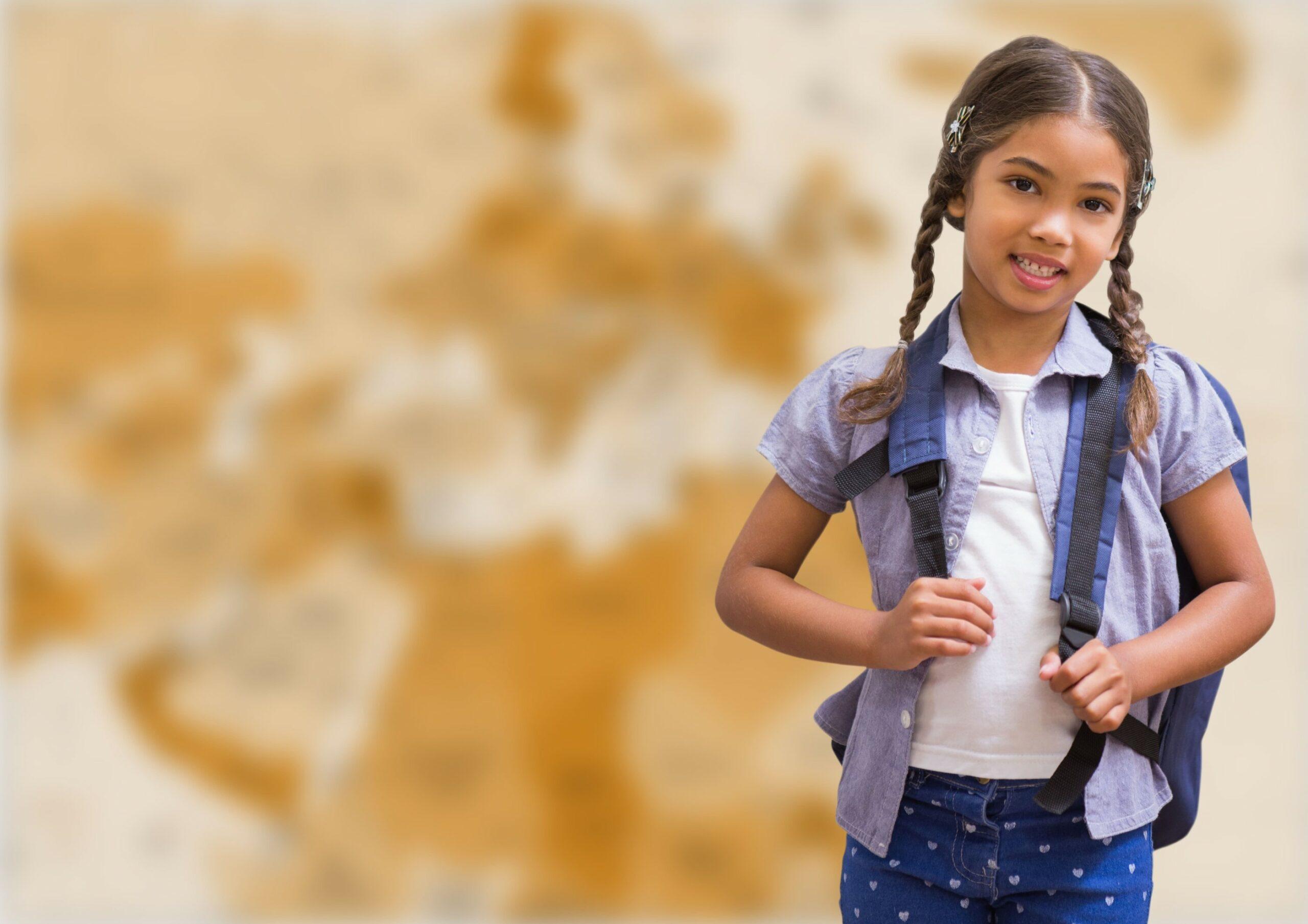 jeune fille devant une carte du monde de géographie