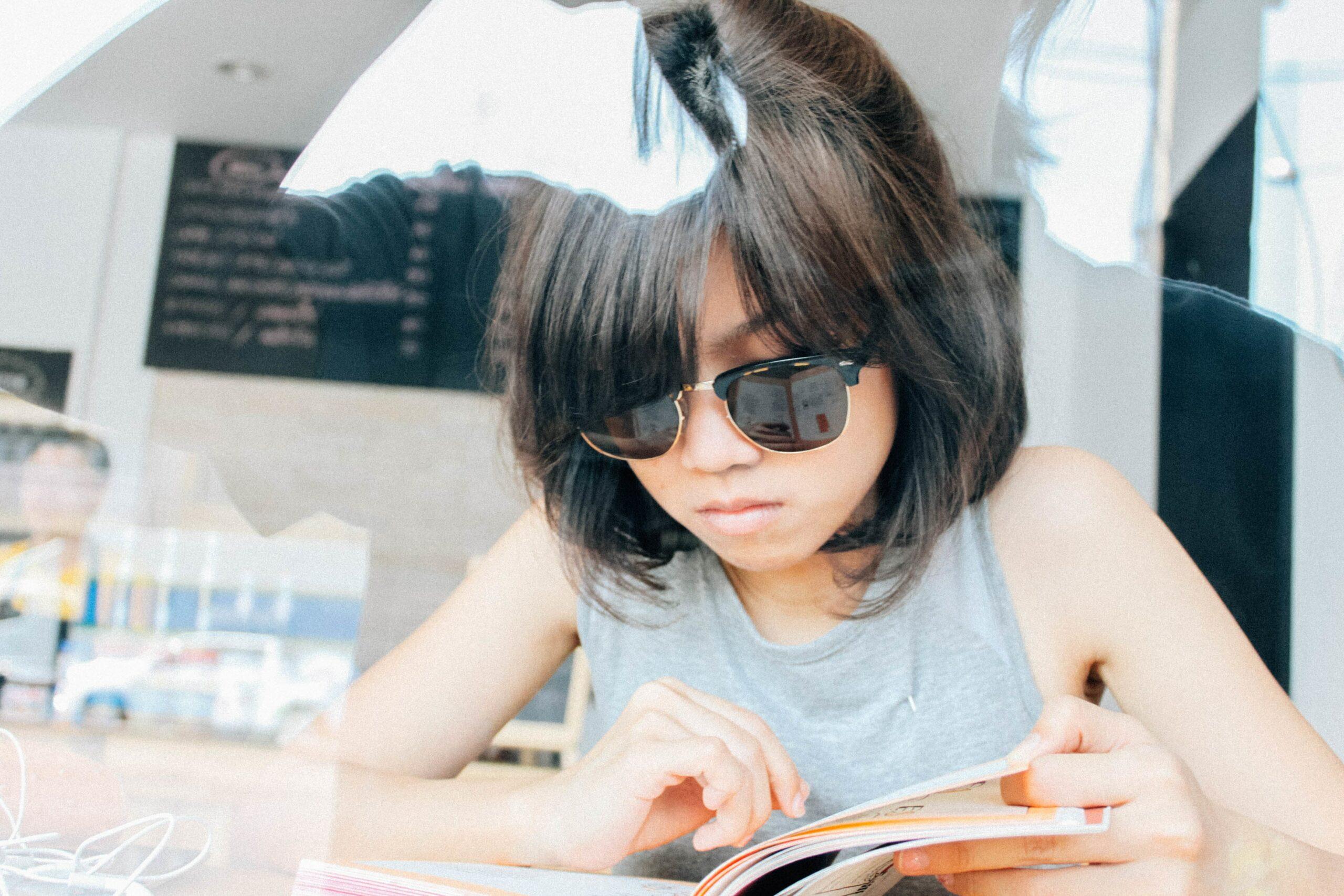 jeune femme lisant un livre de littérature