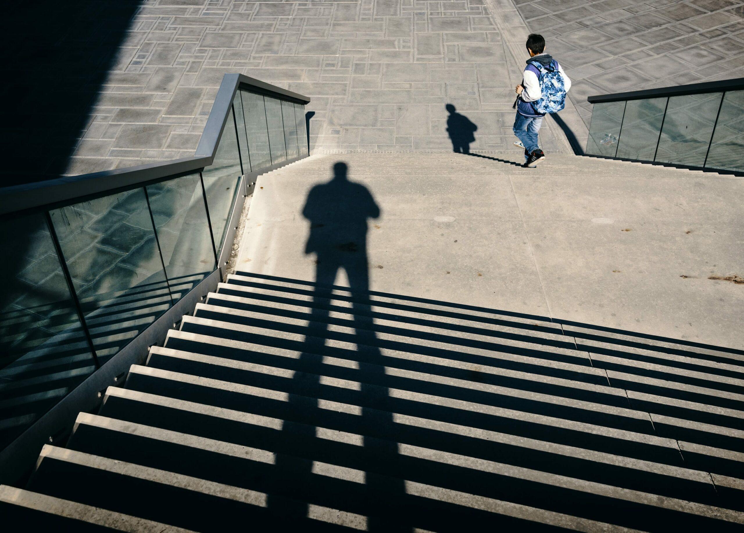 élève de lycée en haut d'un escalier