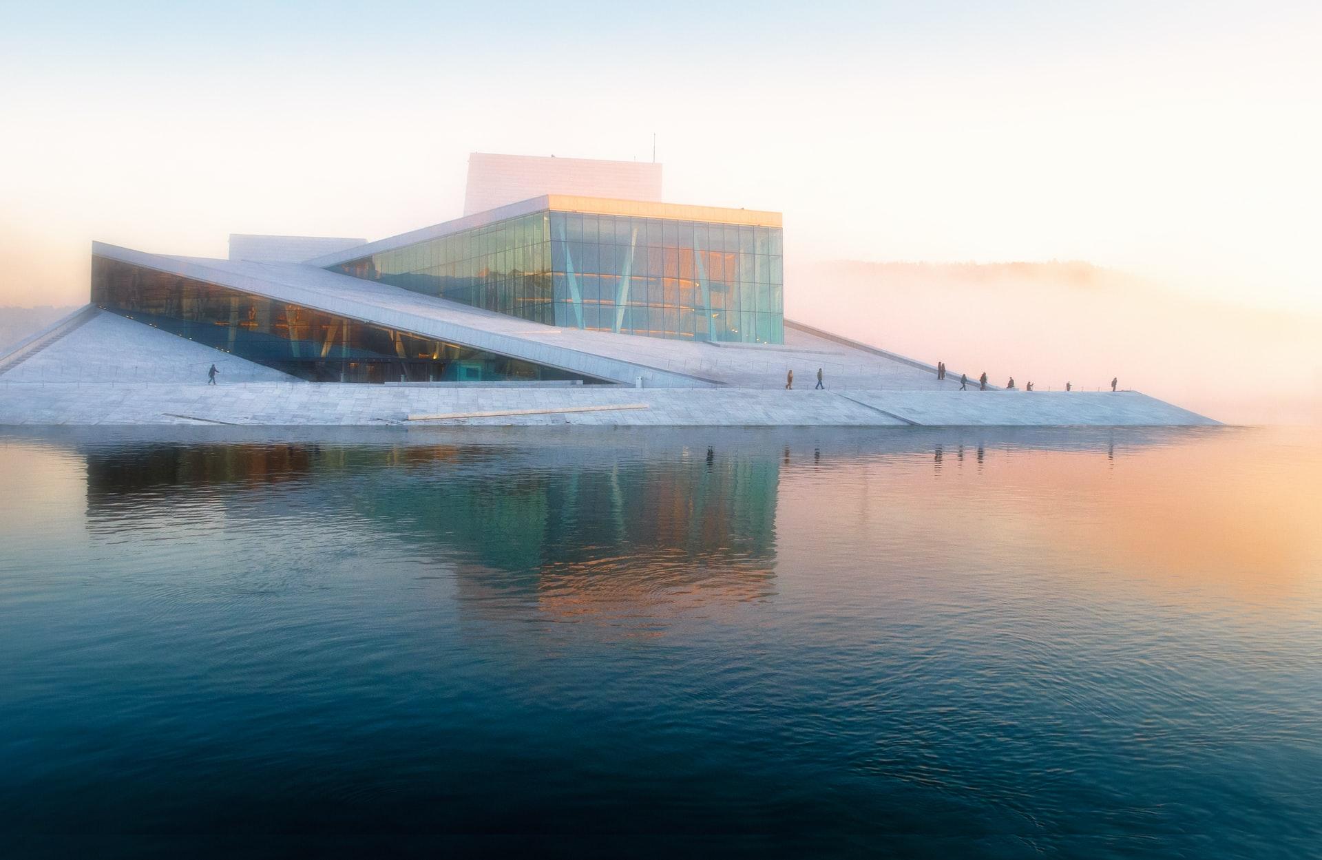 bâtiment de science émergeant de l'eau