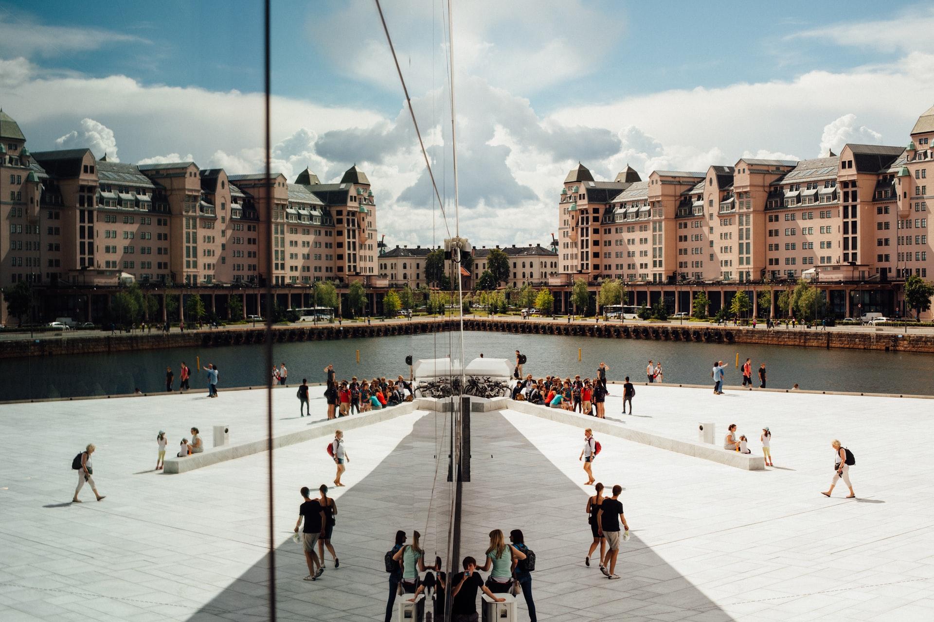 vue en symétrie d'une esplanade de lycée