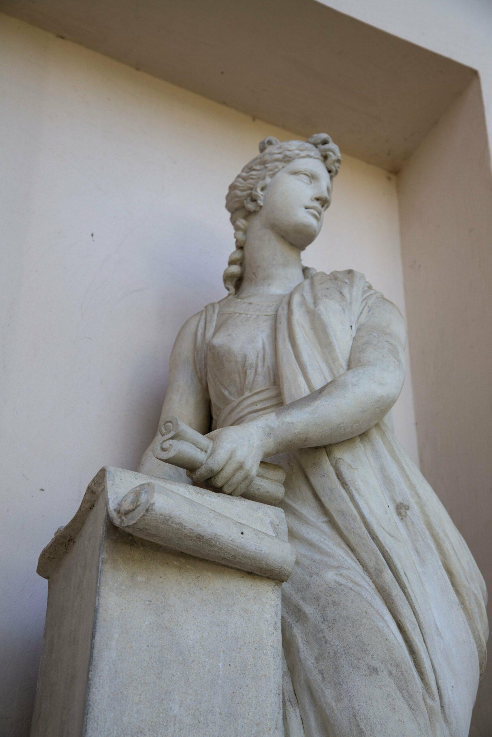 statue d'une muse de la philosophie des 3 grâces