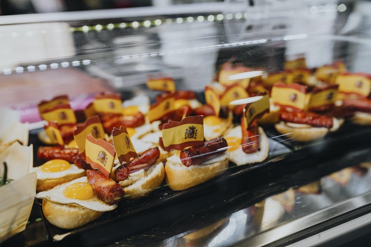petits gâteaux espagnol dans une vitrine