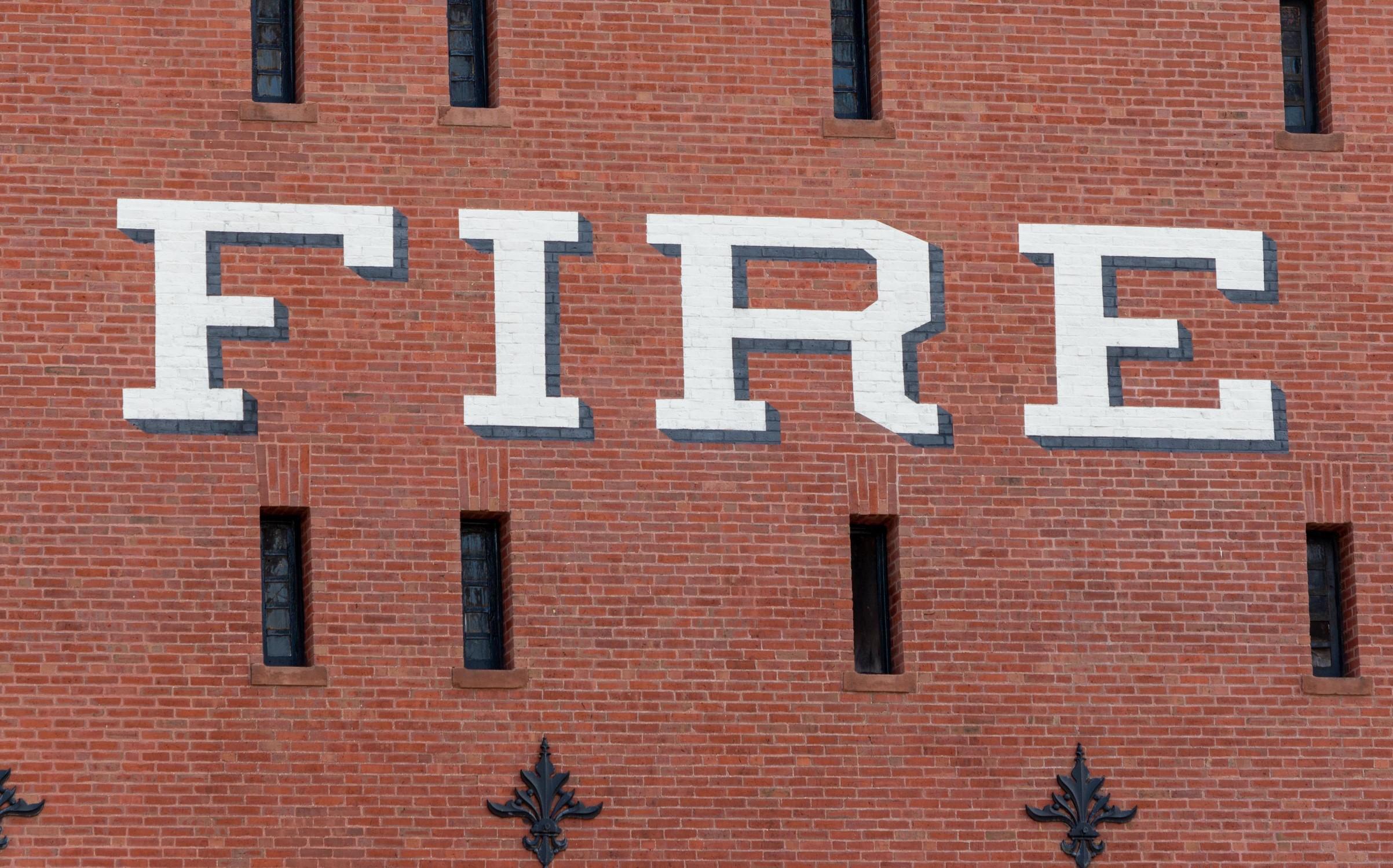"""façade en briques britannique avec écrit """" Fire """" dessus"""