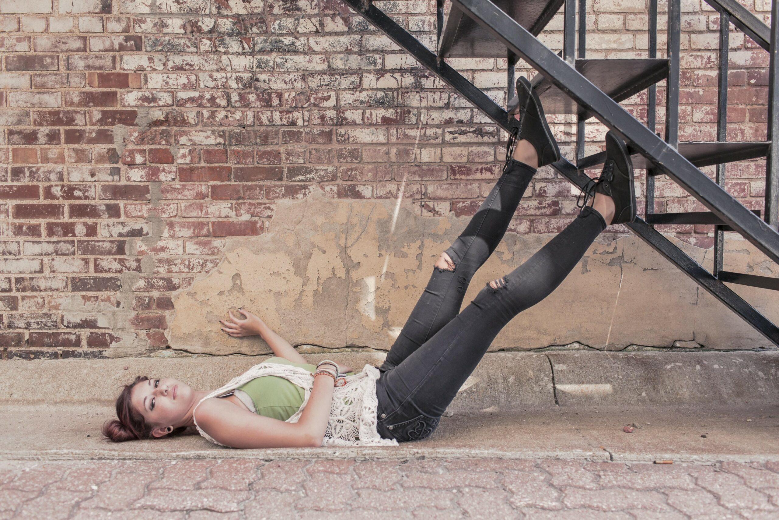 jeune femme sous un escalier en fer