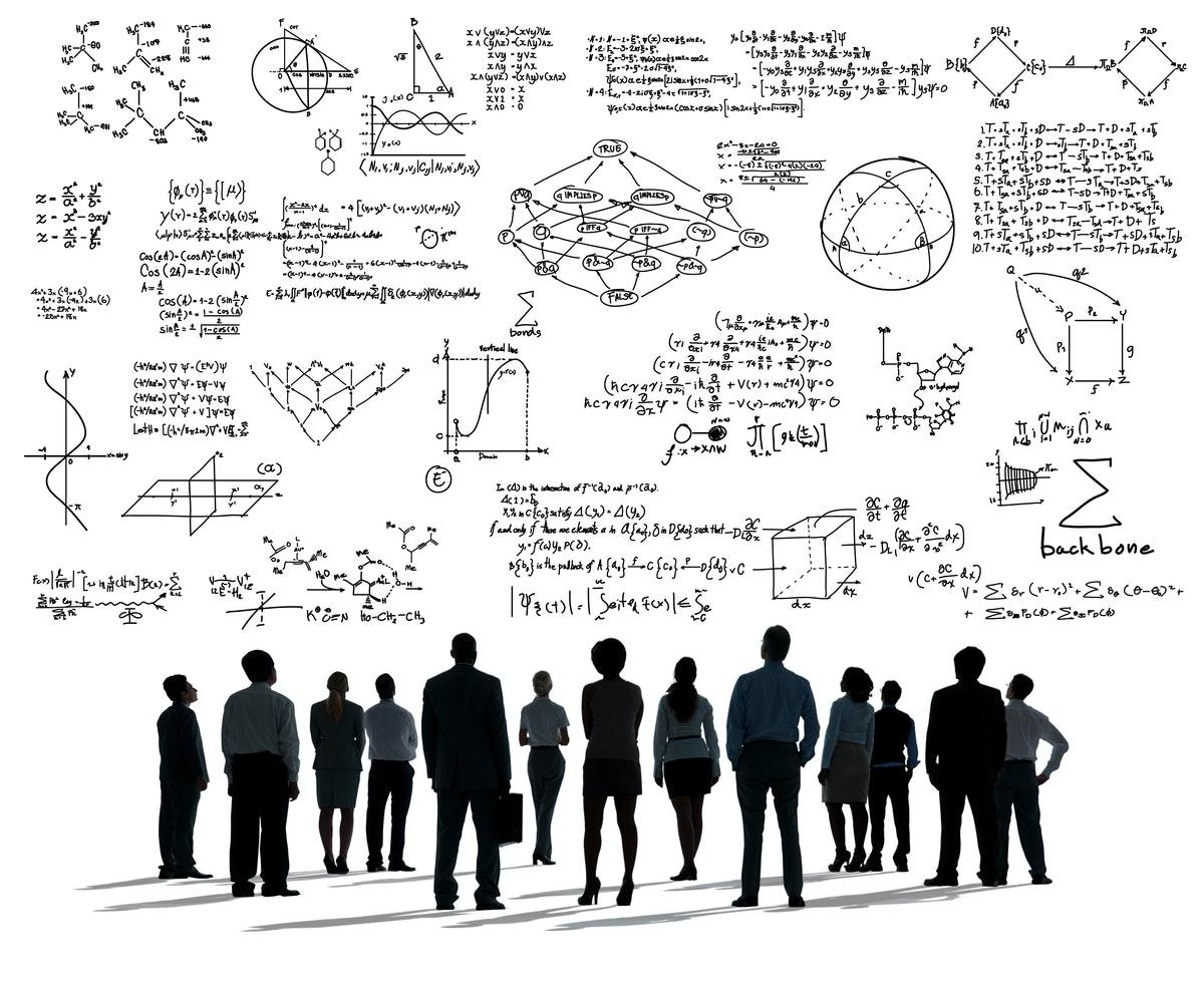 un groupe d'élèves regardant des formules mathématiques projetées au tableau