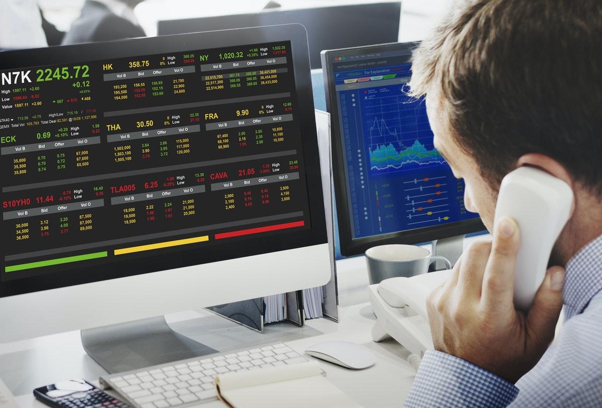 un homme travaillant sur les cours de la bourse économique