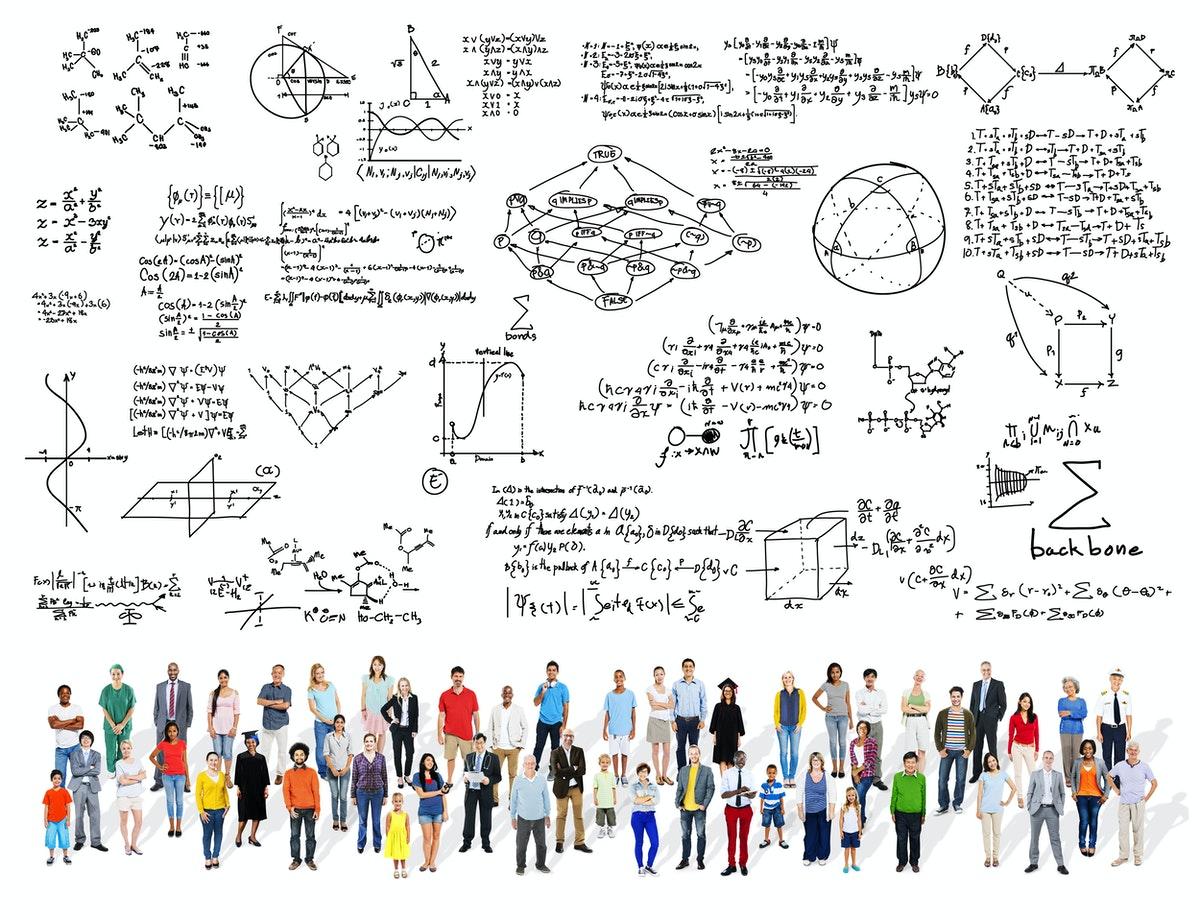 une foule d'élèves regardant un ensemble d'équations mathématiques