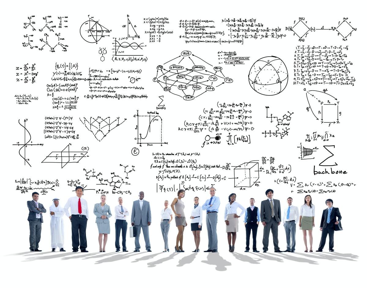 un attroupement d'élèves regardant des formules mathématiques