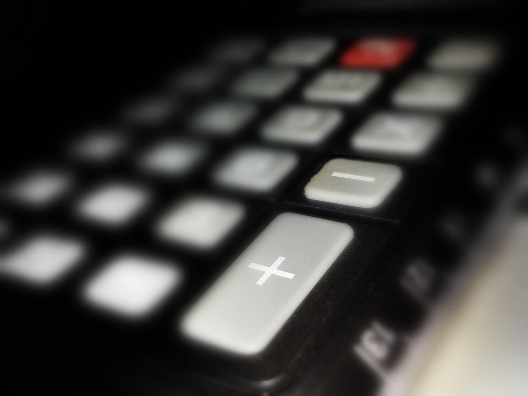 un clavier où les touches servant aux opérations mathématiques sont mises en avant