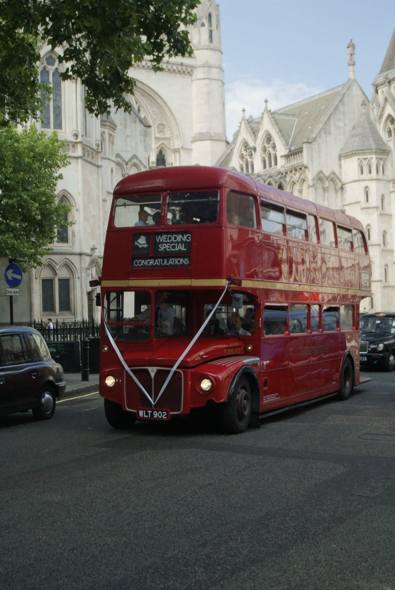 un bus à étage rouge anglais