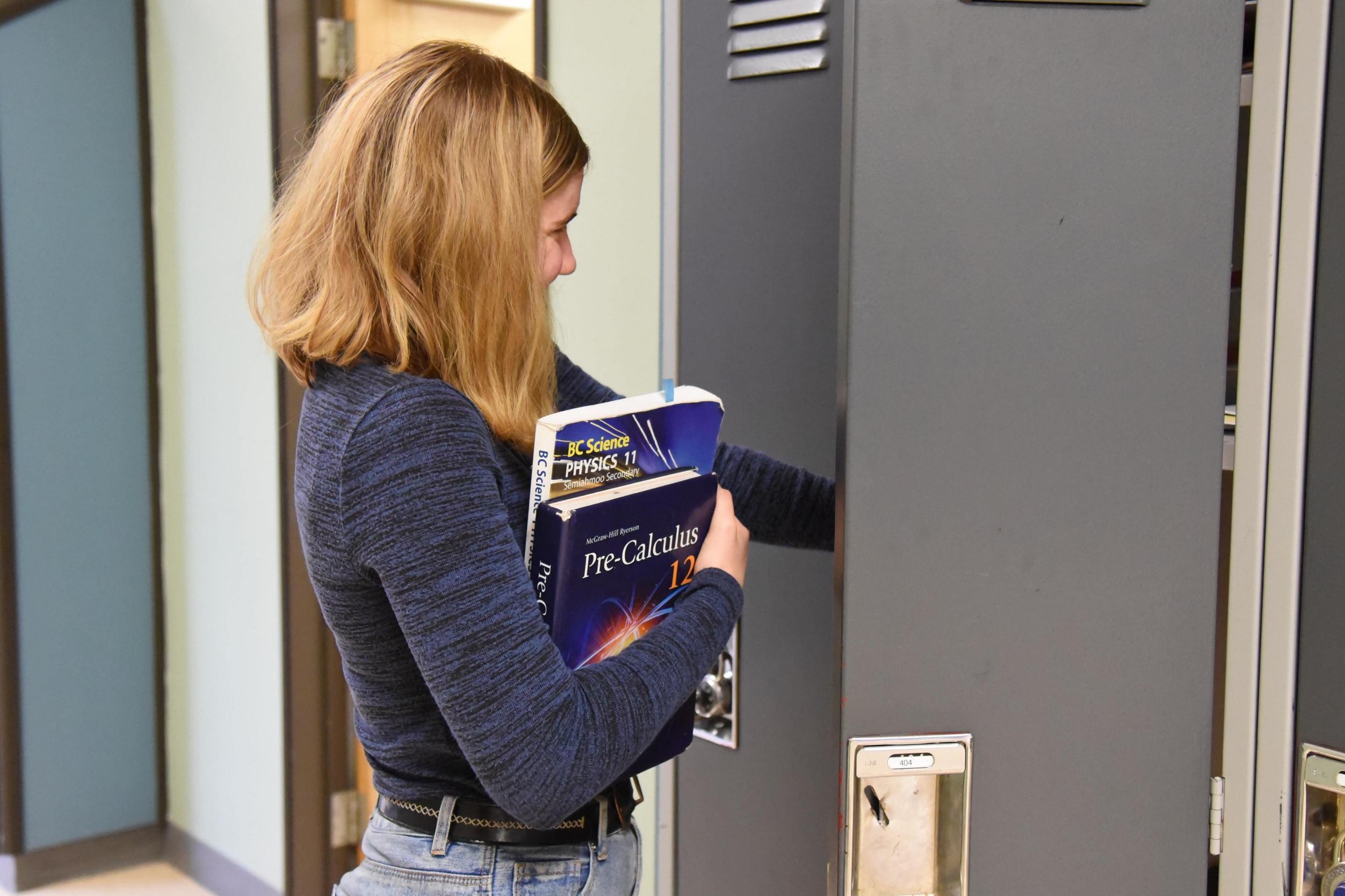 une jeune femme préparant son sac pour aller en cours au collège