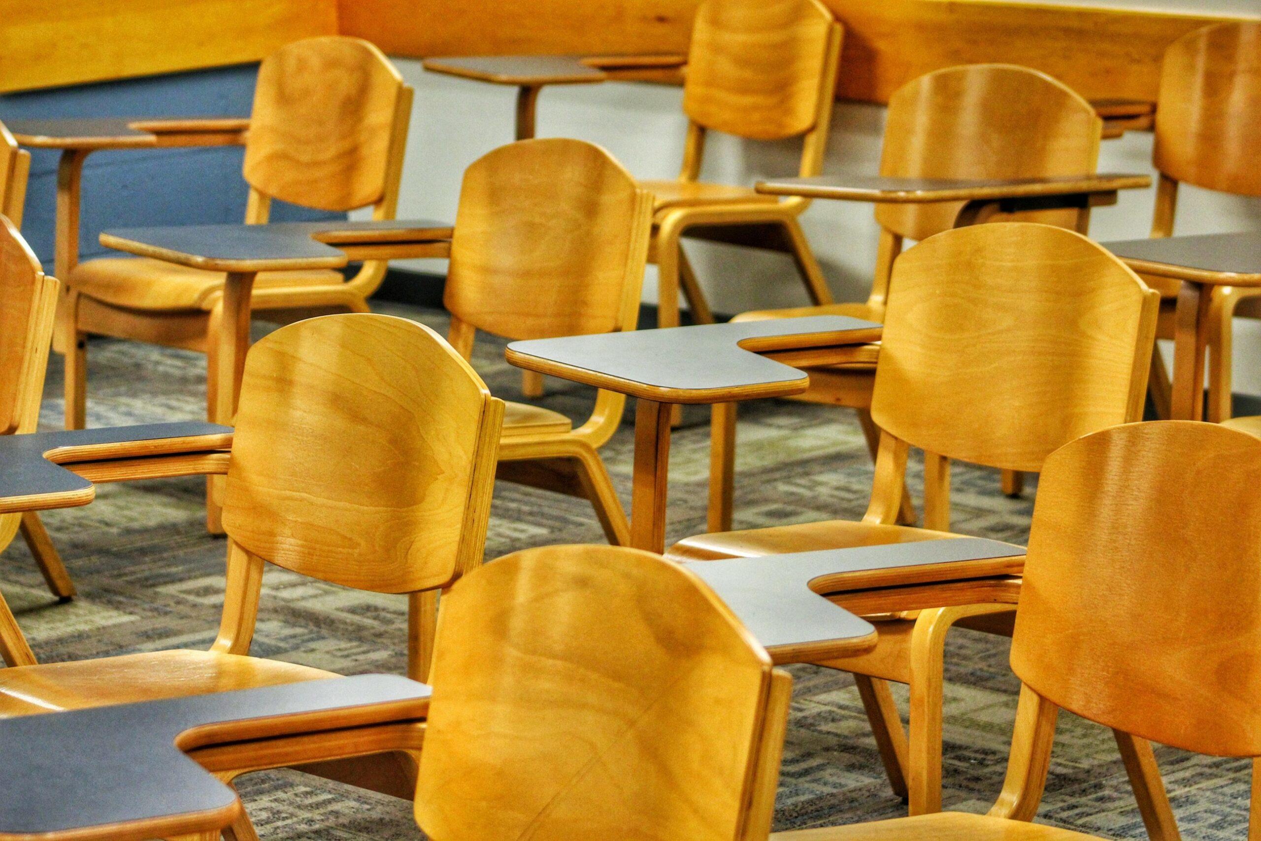 une salle de classe avec des chaises vides