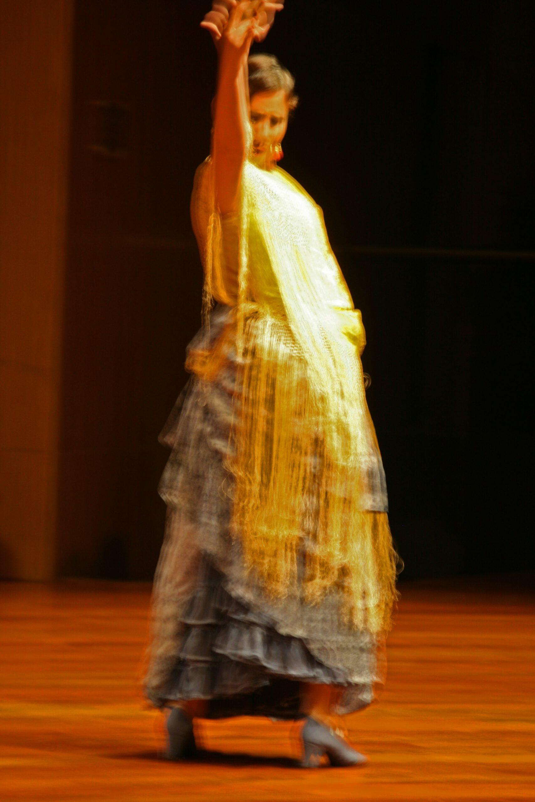 une femme dansant le flamenco, musique traditionnelle d'Espagne