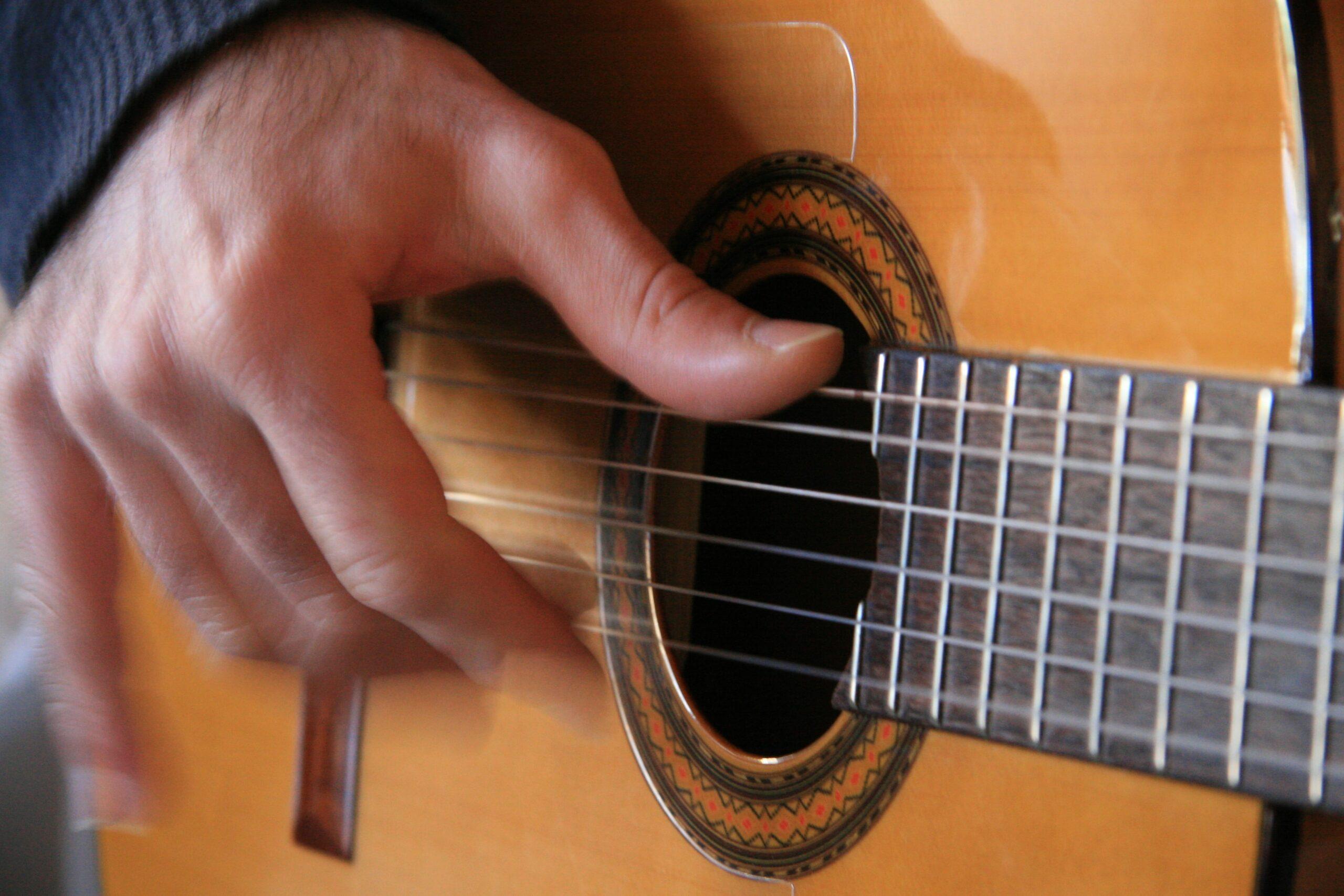 un homme jouant de la guitare espagnole