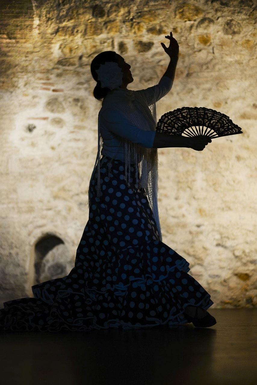 danseuse espagnole de Flamenco sur une scène