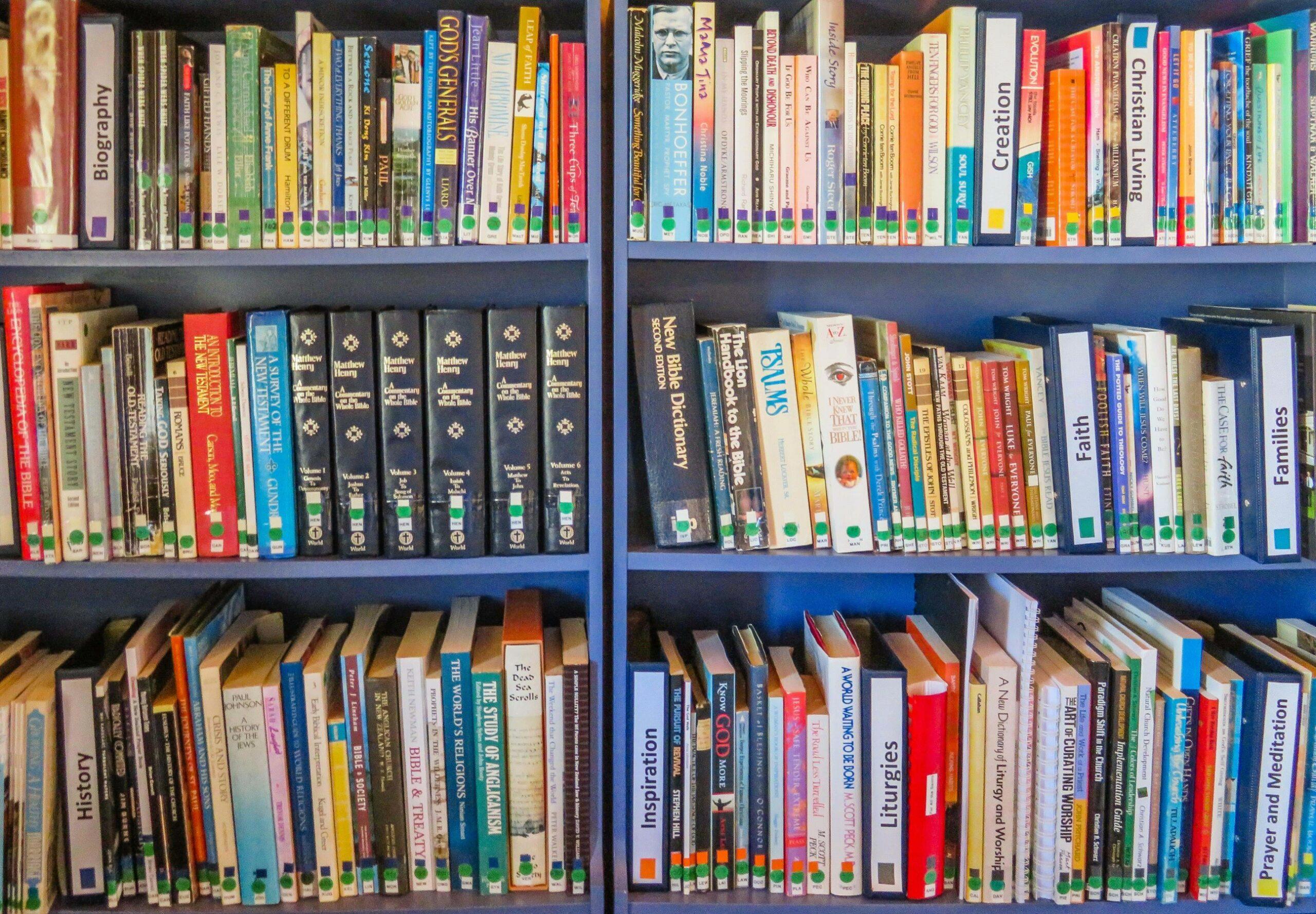 une bibliothèque remplie de livres de collège pour étudier le français