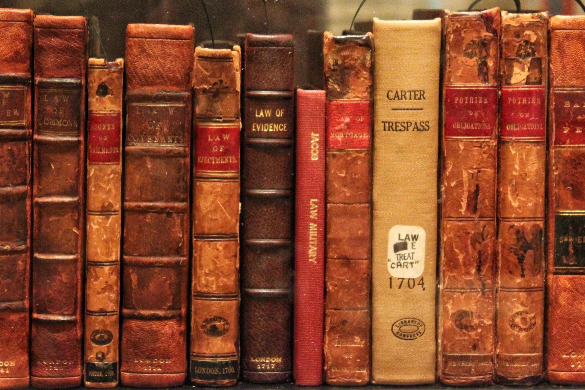 une rangée de livres anciens dans une bibliothèque française