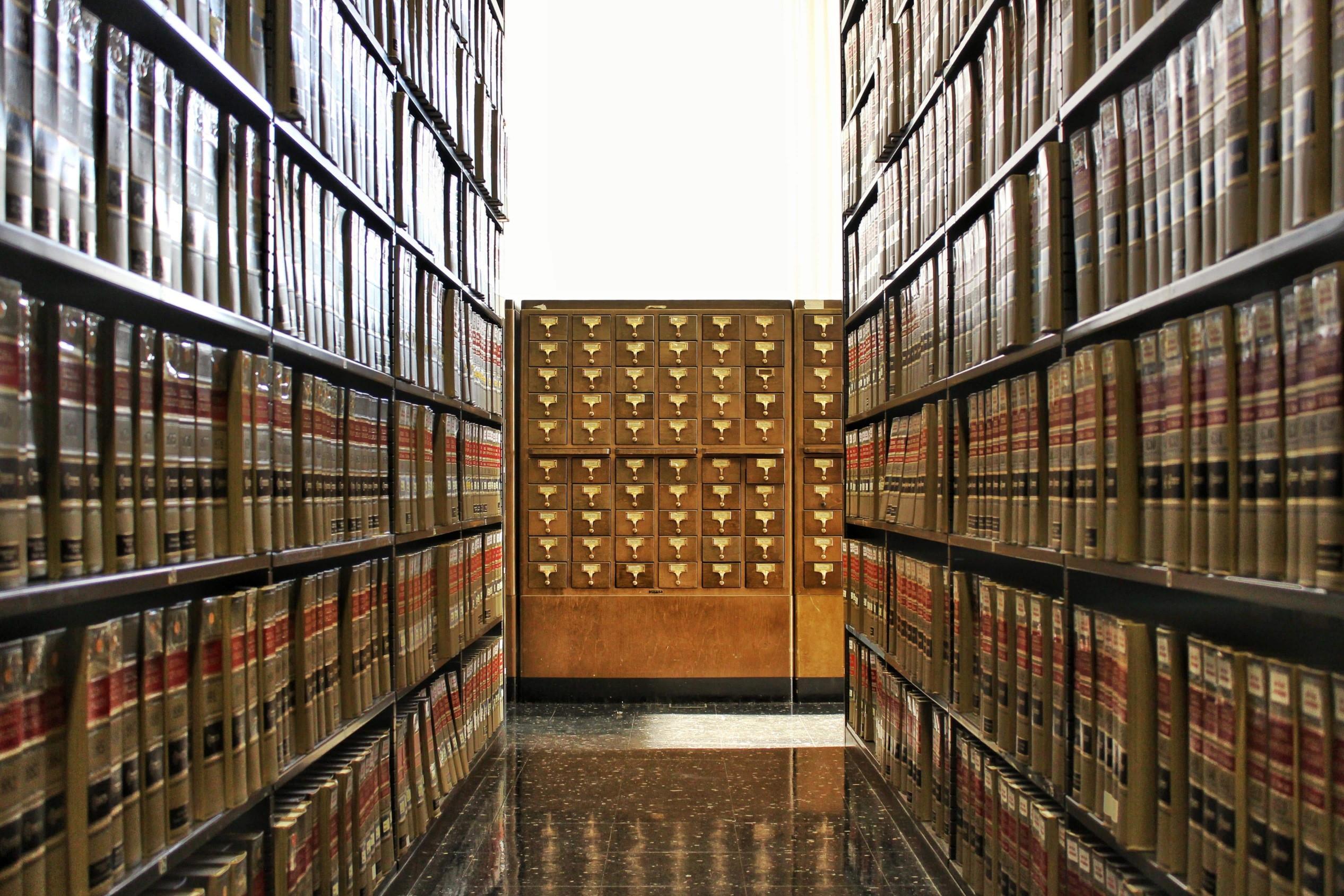 une bibliothèque ancienne pleine de livres de français
