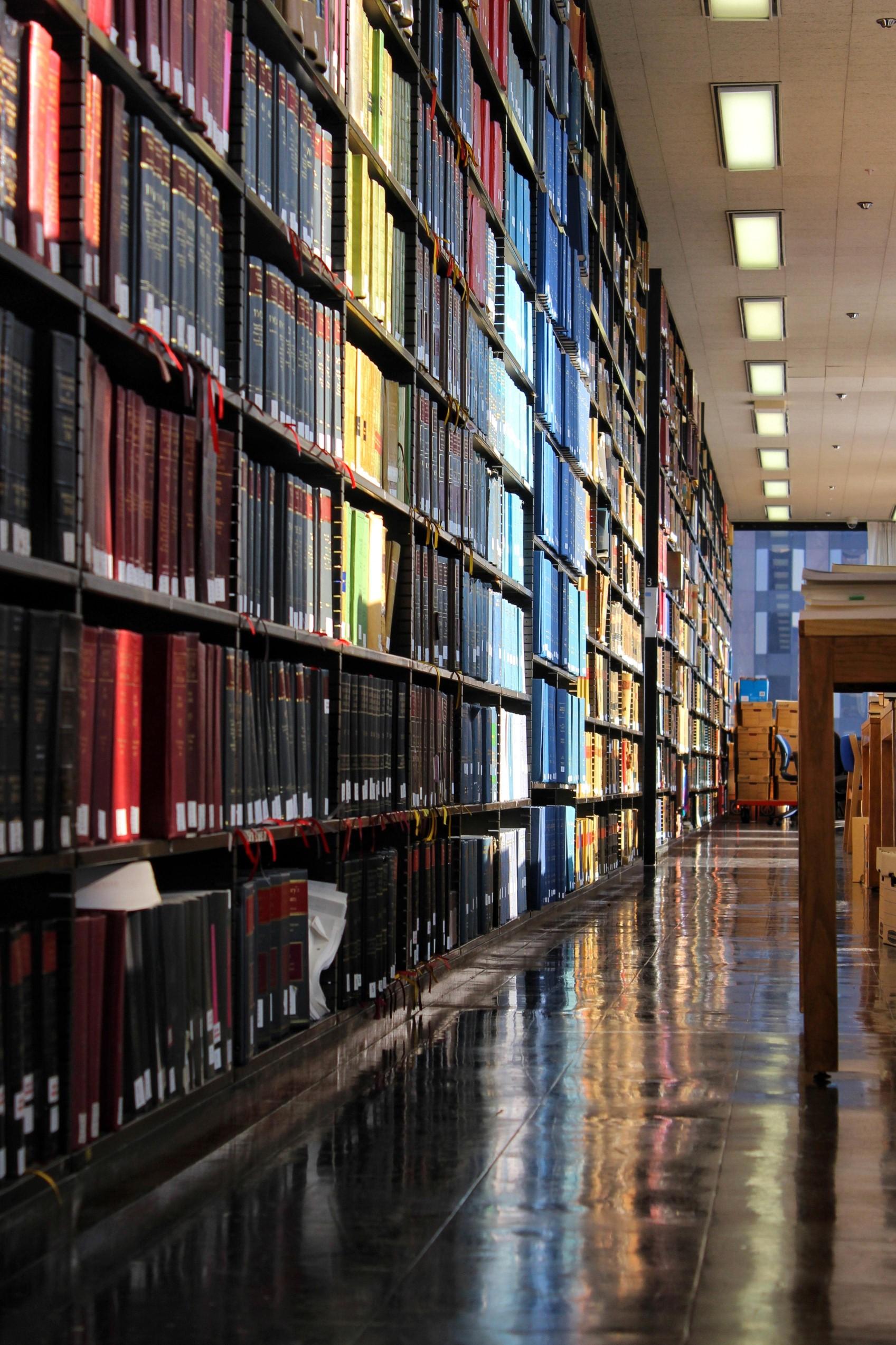 une bibliothèque remplie de livres pour apprendre le français