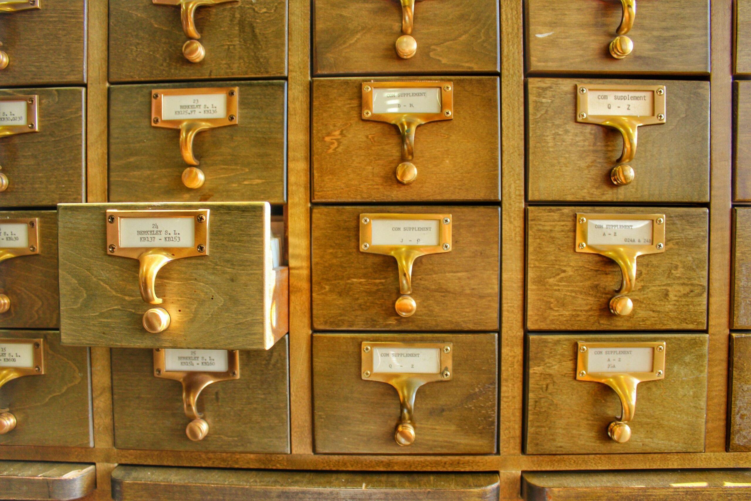 une armoire remplie de casiers avec des fiches de français