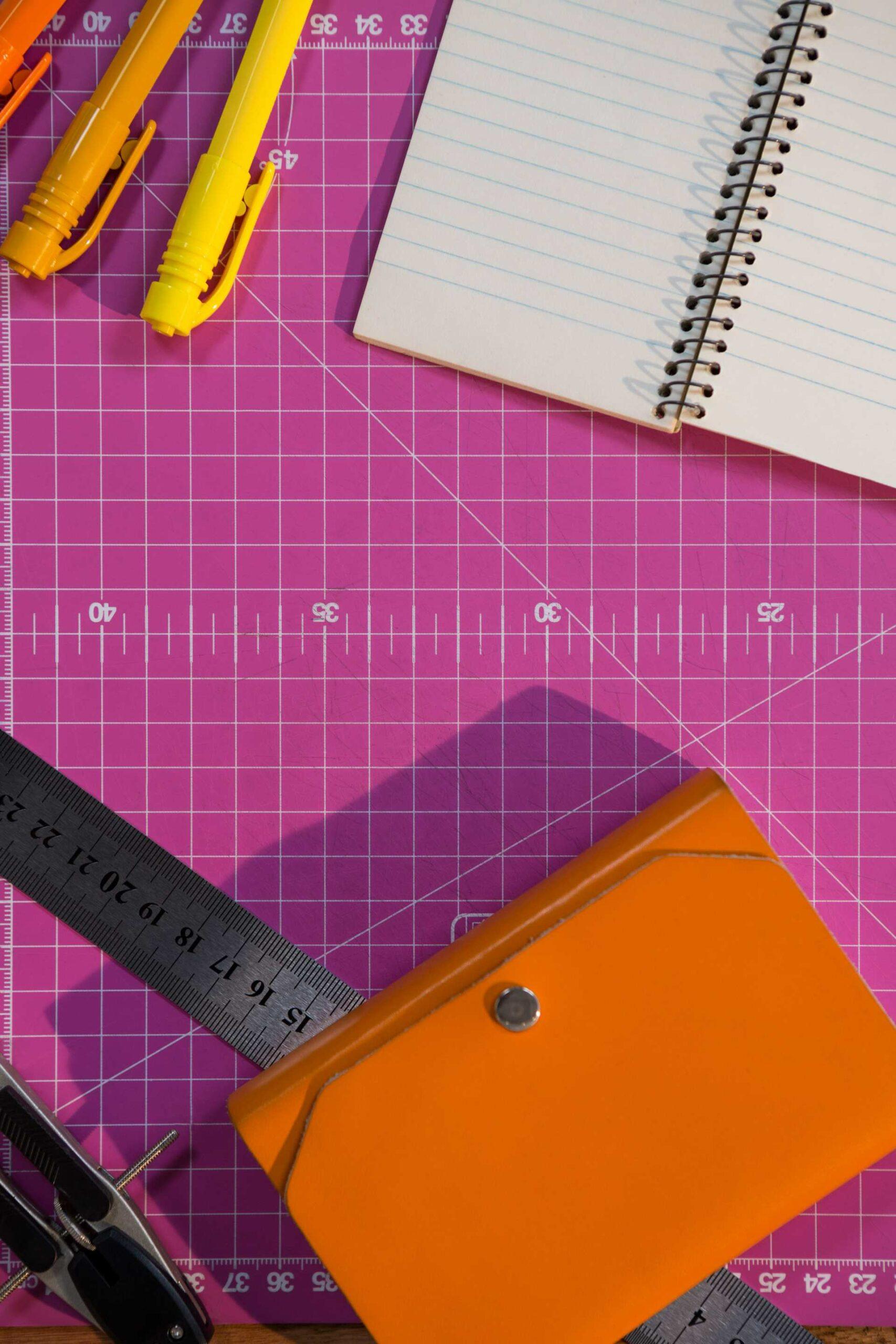 une table avec des feuilles et des stylos pour travailler