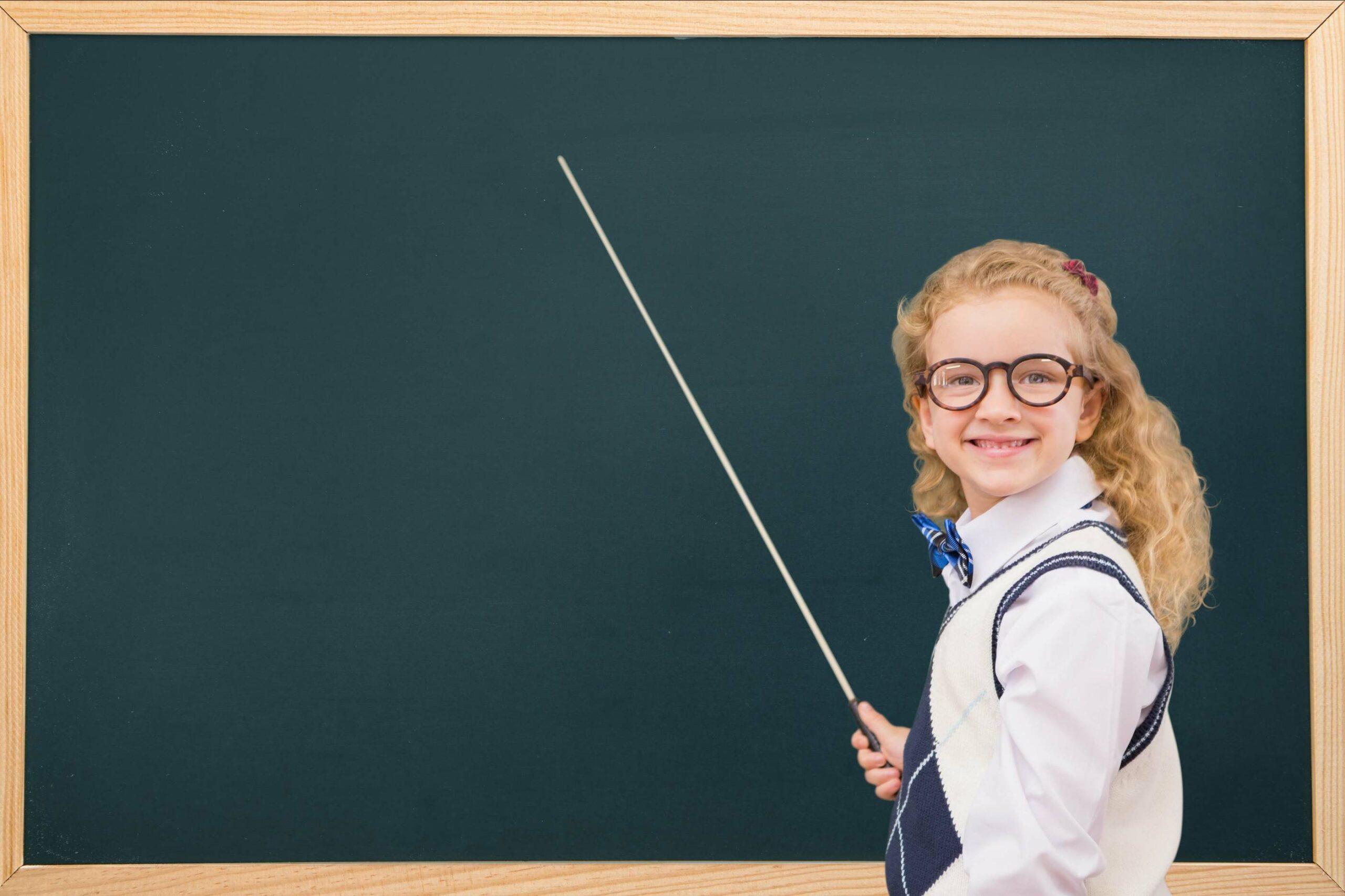 une jeune femme devant un tableau de lycée