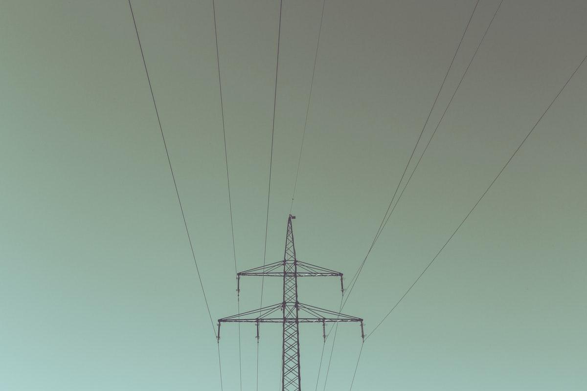 un pylône électrique étudié dans le programme de physique du collège