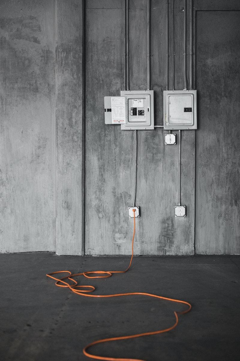 une liaison électrique avec câbles et prises