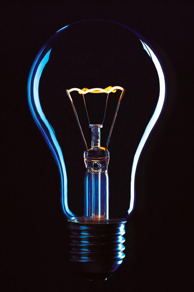 une ampoule avec un fil incandescent du programme de sciences